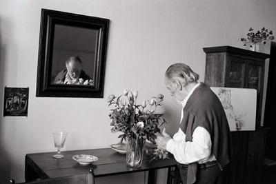 1995. Roma. En el estudio colocando unas flores en un vaso.